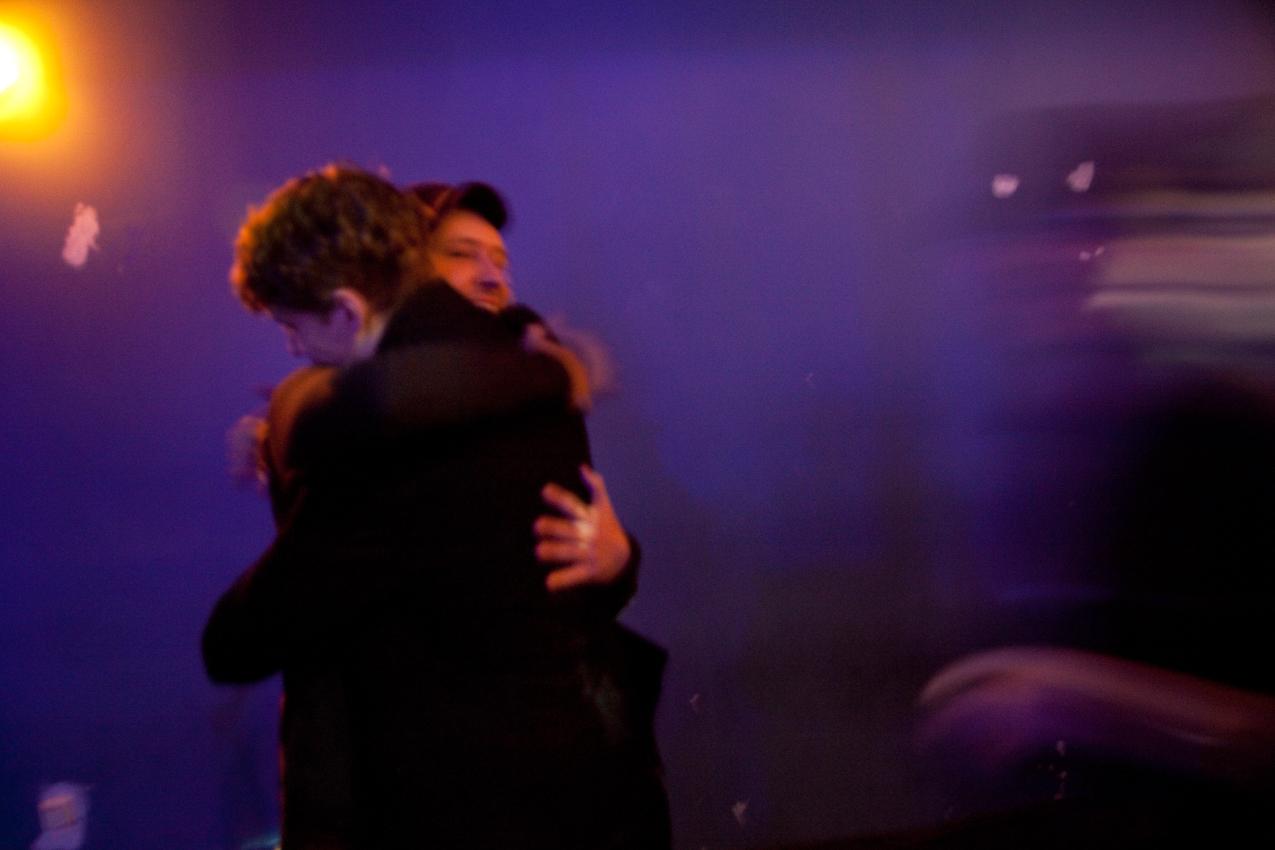 Direkt vor dem Auftritt umarmen sich Tim Bendzko und sein Gitarrist Daniel Hoffknecht noch einmal, bevor sie die Bühne betreten.
