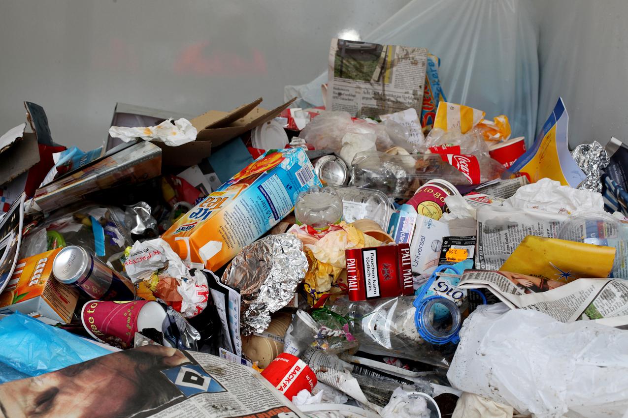Ein Haufen Müll aus den bereits geleerten Mülleimer auf der Ladefläche des umweltfreundlichen Elektromobils der Stadtreinigung Hamburg.