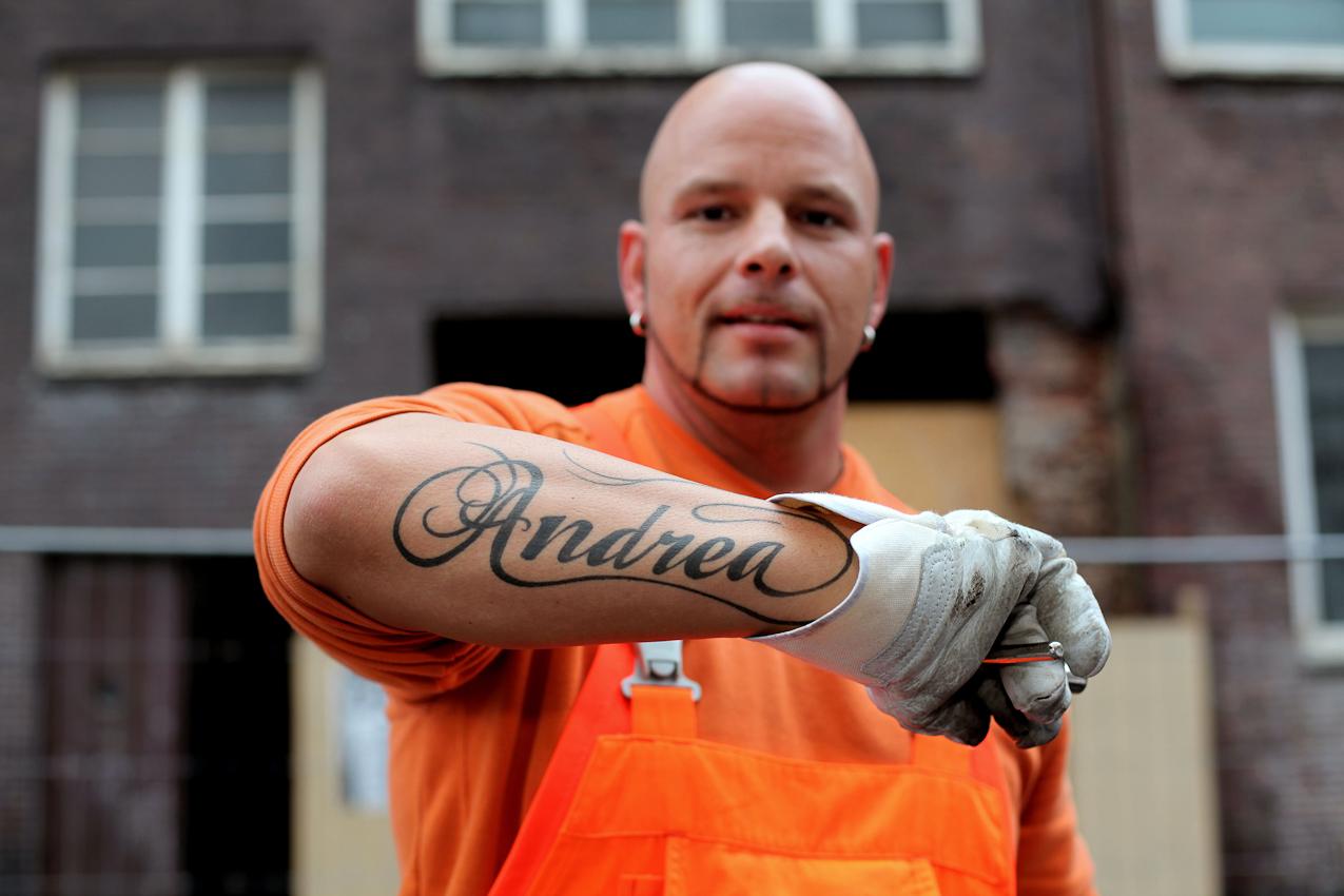 Robert Szwejk, Angestellter der Stadreinigung Hamburg, zeigt sein Tattoo. Andrea ist seine Frau, mit der der 33-jahrige drei Kinder hat.