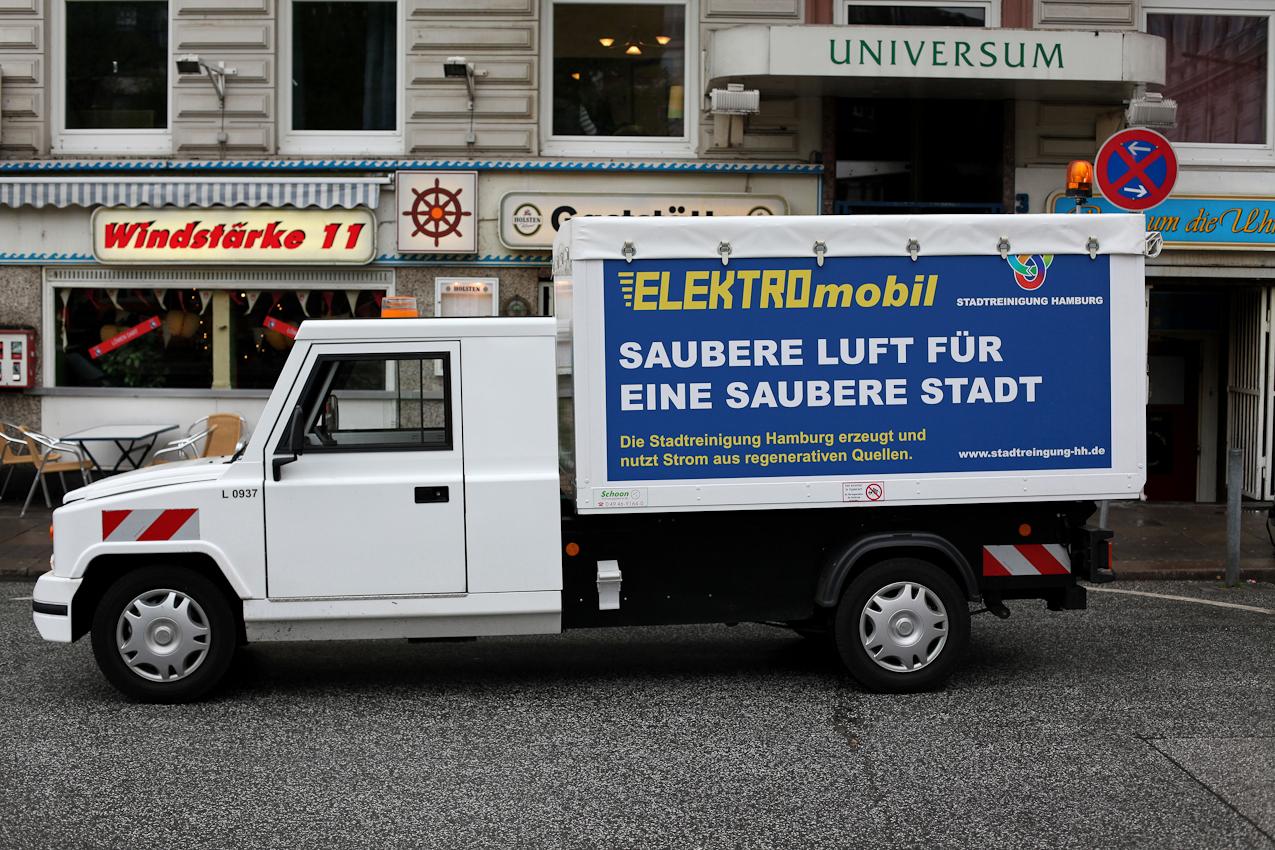 """Ein Elektromobil der Stadtreinigung Hamburg, geparkt am Hansaplatz   vor der """"Gaststätte Windstärke 11"""" in der Nähe des Hamburger Hauptbahnhofes."""
