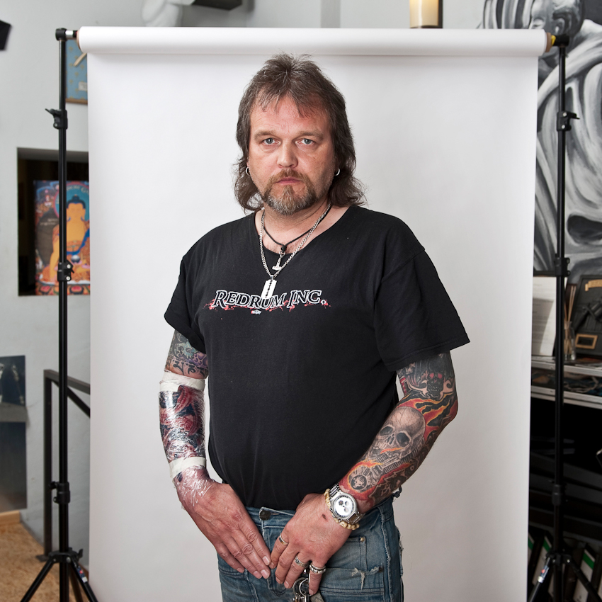 """Andy (45), für einen Tattoo-Termin aus der Nähe von Gütersloh angereist: """"Tätowieren bedeutet für mich Körperschmuck, die Möglichkeit, mich von anderen zu unterscheiden und mit der Gesellschaft anzuecken. Man muss sich immer neu beweisen und den Vorurteilen stellen."""""""