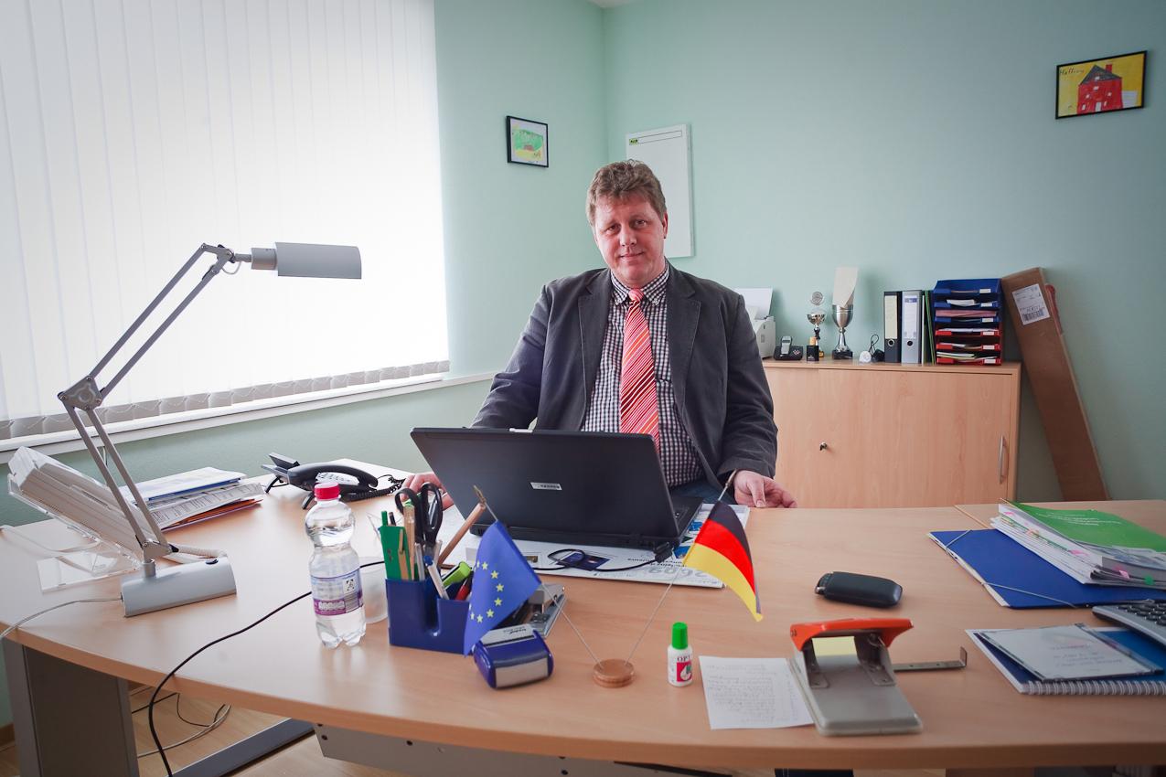 Hauptberuflich arbeitet der ehrenmtliche Bürgermeister als Disponent im Containerterminal der Nachbargemeinde Dörpen.