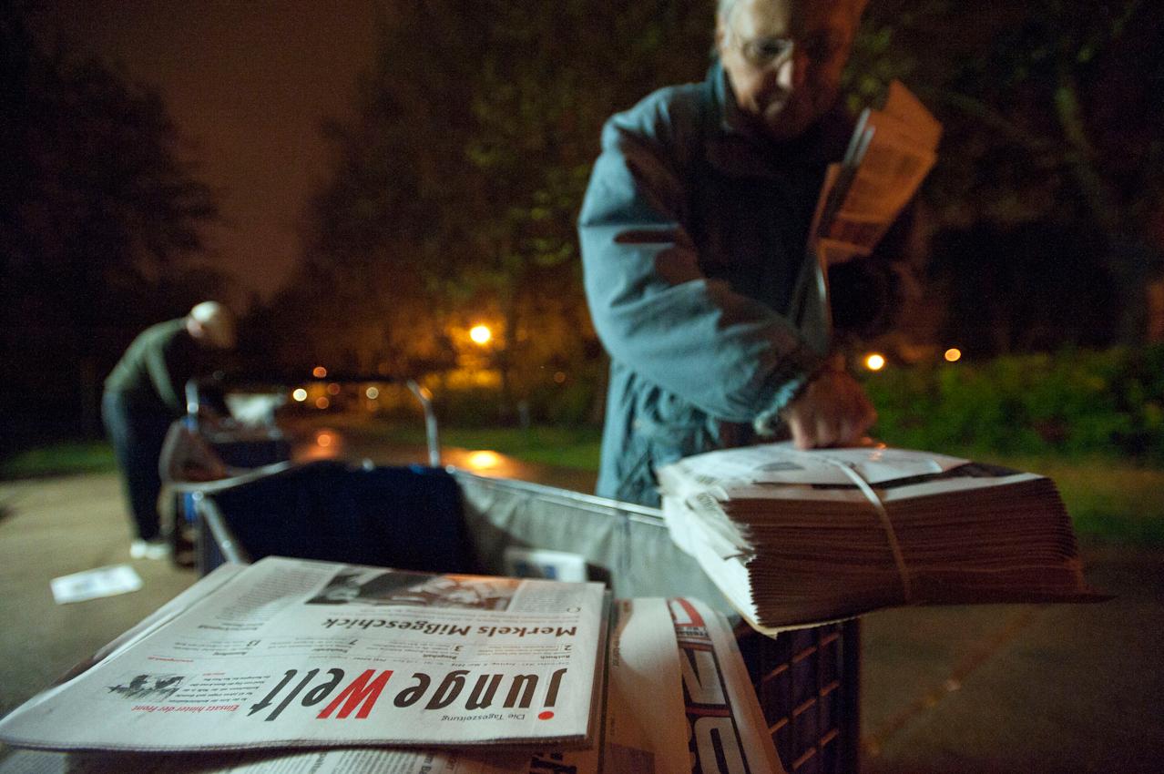 03.15 Uhr. Doris Kramer sortiert die Lieferung der Tageszeitungen.