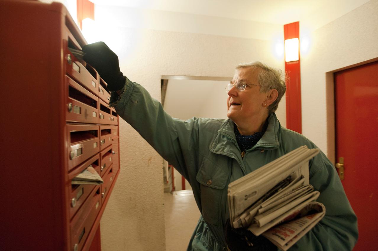 03.22 Uhr. Doris Kramer trägt jeden Morgen die Tageszeitung in ihrem Bezirk aus. Ihre Tour hat sie im Kopf.