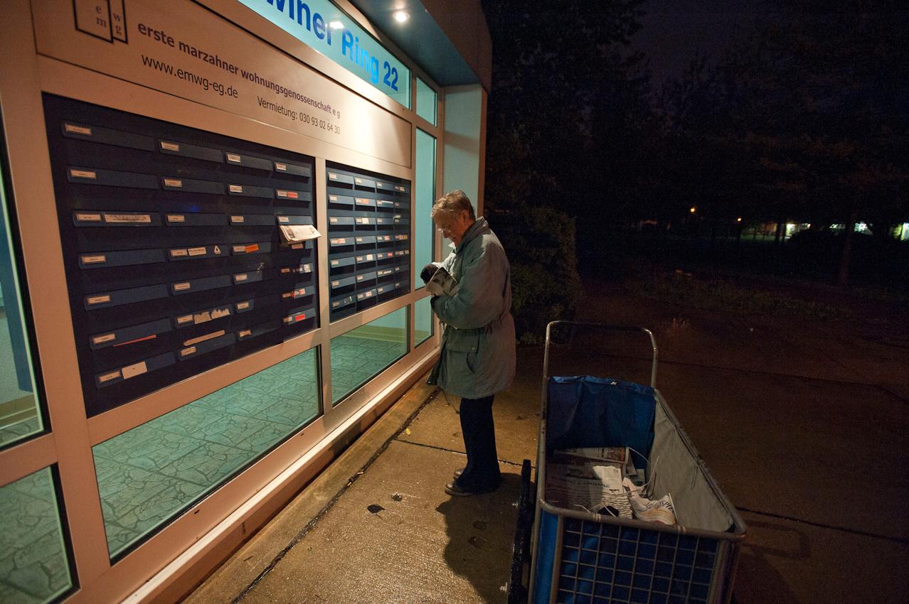 04.26 Uhr. Die 71-Jährige trägt jeden Morgen die Tageszeitung in ihrem Bezirk aus. Auch bei den Hochhäusern weiß sie genau, wer welche Zeitung bekommt.