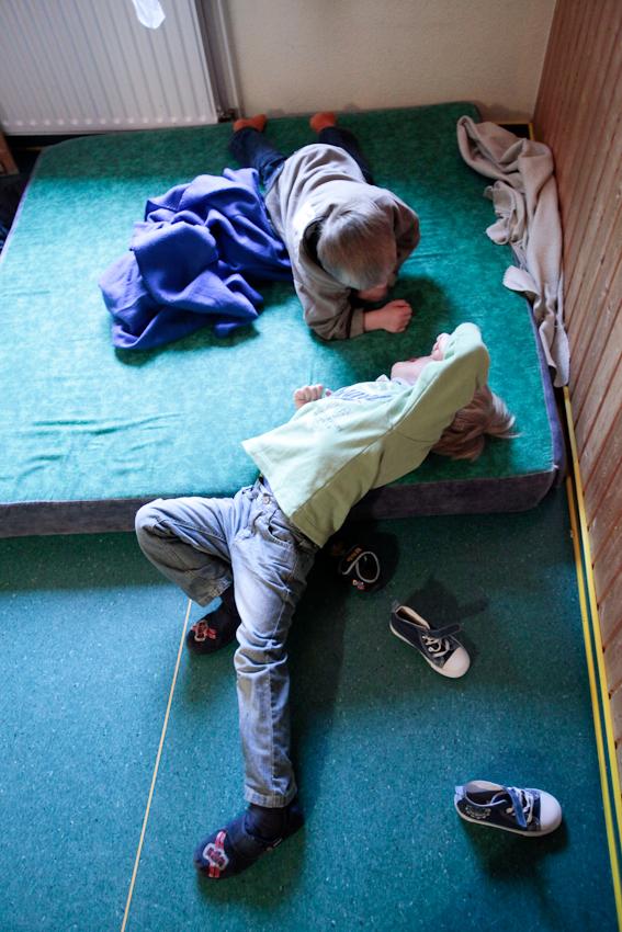 Das süße Nichtstun: Thore (4) und Phynn (4) im Kindergarten Asendorf.