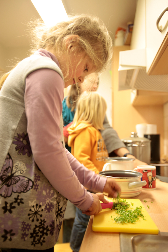 """Kochtag in der """"Spielzeugfreien Woche"""" im Kindergarten Asendorf: Fabienne (6) schneidet Kräuter für die Tomatensoße."""