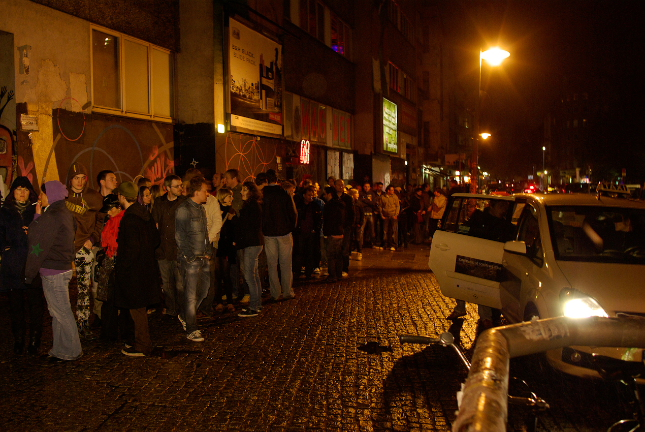 Partygäste warten vor dem Club Watergate in Berlin auf Einlass. Der Club öffnet am 7. Mai um 0.00 Uhr zur Sven Väth World Tour 2010. Sven Väth ist einer der populärsten Techno-DJs weltweit und tourt durch über 40 Städte, unter anderem Tokyo, London, Moskau, Buenos Aires und Berlin. Väth hat aus seiner Cocoon-Partyreihe eine Marke geschaffen, die nach 10 Jahren für ein Musiklabel, eine Agentur, Technoraves, sowie Clubs in Frankfurt und auf Ibiza, steht.