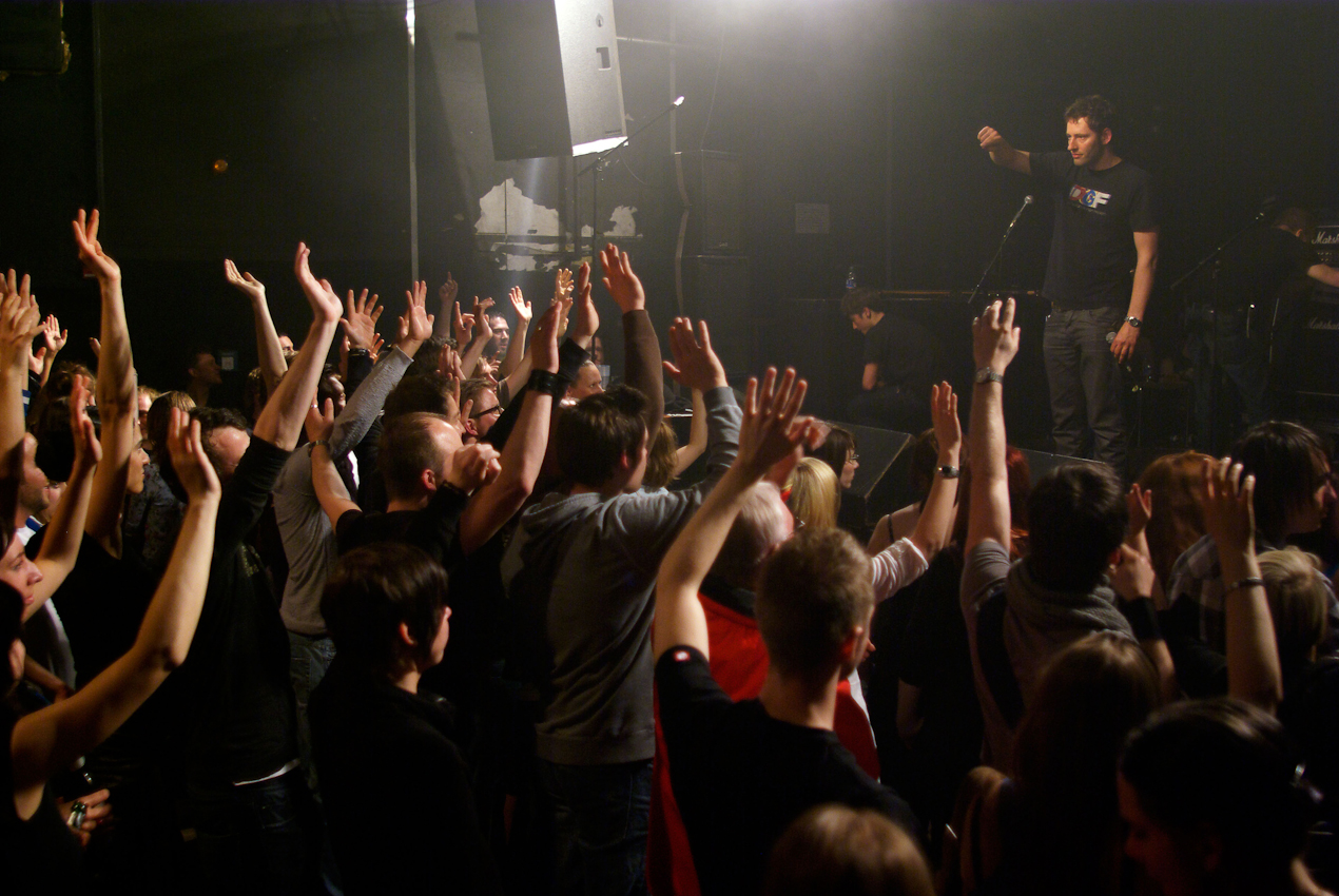 Matthias Priller moderiert das Emergenza-Semifinale Berlin Nr. 4 im traditionsreichen Berliner Club SO36 in Kreuzberg. Nach jeder 30-minütigen Show werden die Publikumsstimmen ausgezählt. Nur drei der acht teilnehmenden Bands kommen weiter in das Emergenza-Ostdeutschland-Finale im Astra-Kulturhaus Berlin im Juli 2010.