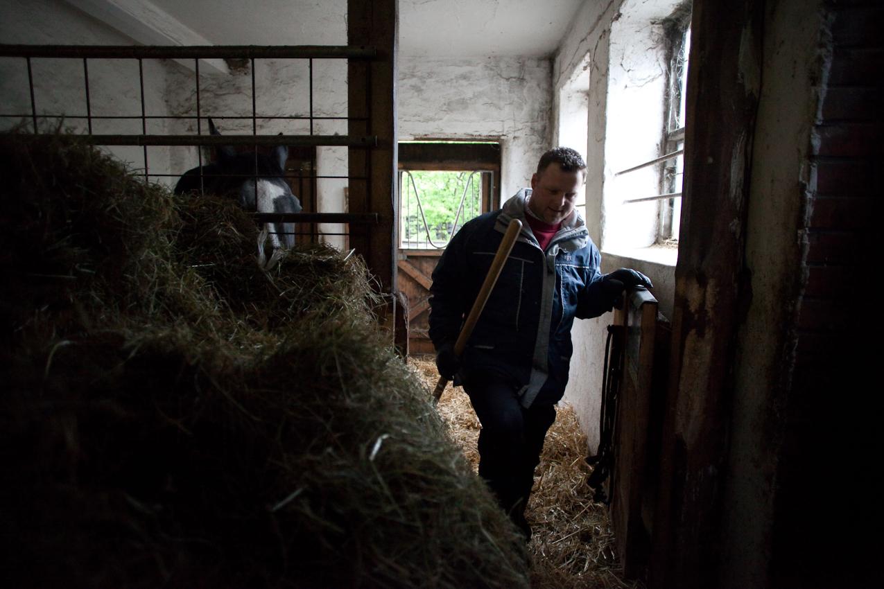 Bauer Henning Bruns (34 Jahre alt) führt gemeinsam mit seiner Mutter (Siglinde Bruns, 69 Jahre alt) und seiner Frau (Christiane Bruns, 30 Jahre alt, im 6. Monat schwanger) einen landwirtschaftlichen Familienbetrieb in Niedersachsen. Familie Bruns ist seit 1930 in Altencelle sesshaft, hat 2001 die Milchwirtschaft endgültig aufgegeben und nun seinen betrieblichen Schwerpunkt in der Pferdezucht und -pension gefunden. Morgens werden noch vor dem Frühstück die Pferde versorgt, hier in den Stallungen direkt auf dem Hof.