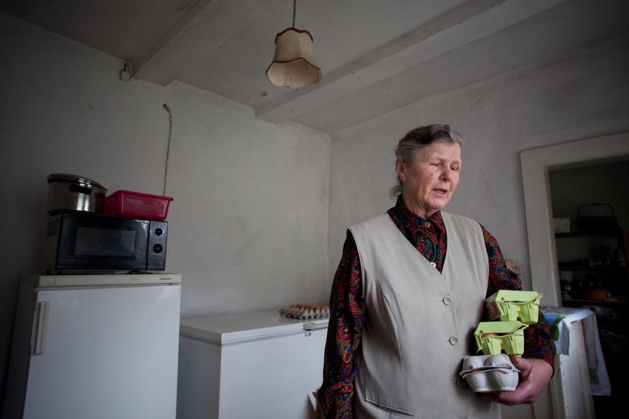 """Ebenso bedeutend wie die Pferdezucht ist der eigene Hofladen """"Hennings Kartoffeldiele"""". Die Frauen der Familie führen den kleinen Laden, der von 10 bis 18 Uhr geöffnet ist. Hier holt Siglinde aus einem der Vorrats- und Hauswirtschaftsräume frische Eier für einen Kunden."""