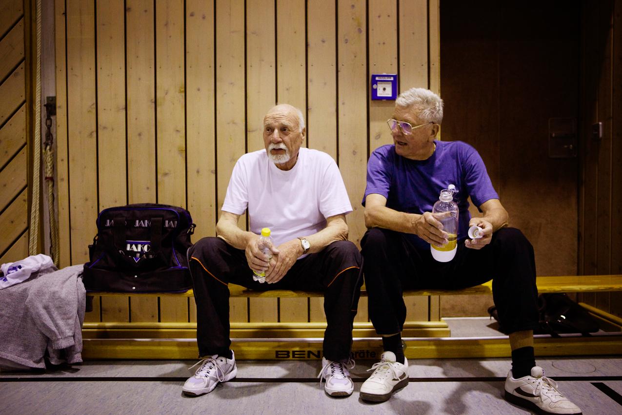 Burkhard Himmler (l.) und Frank Thoma ruhen sich nach einem Spiel auf der Bank aus.