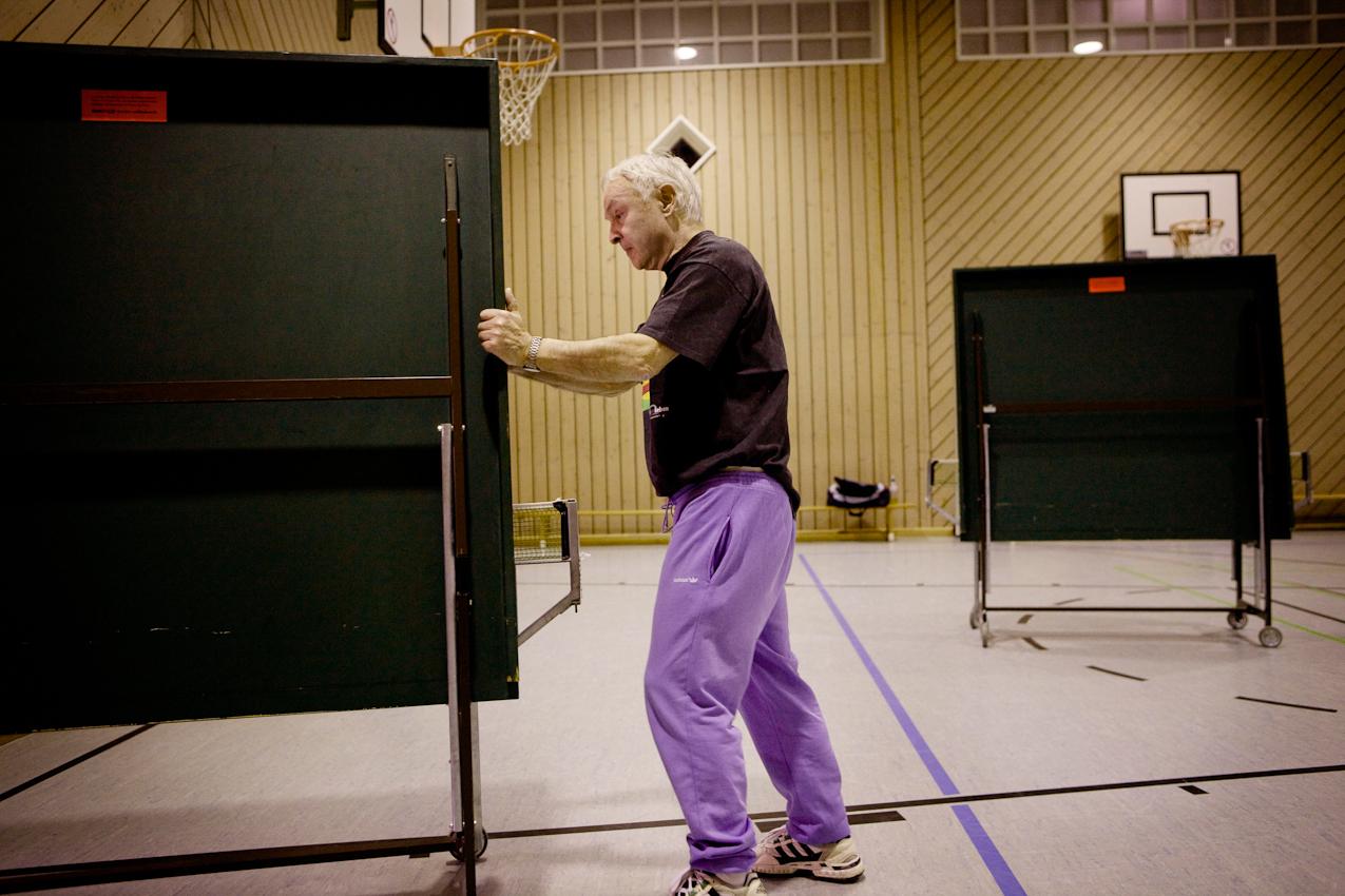 Frank Broschat rollt eine Tischtennisplatte in den Abstellraum zurück.