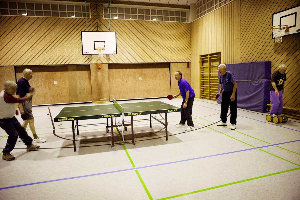 Karlheinz Rand, Ulrich Vogt, Uwe Steinmüller und Frank Thoma (v.l.) spielen zusammen ein Doppel, während wahrend Frank Broschat seine Beinmuskeln trainiert.