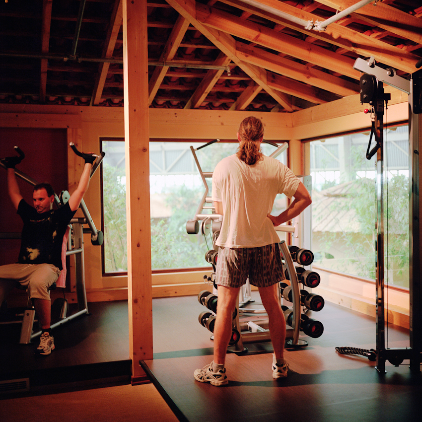 Zwei junge Männer im Fitnessraum.
