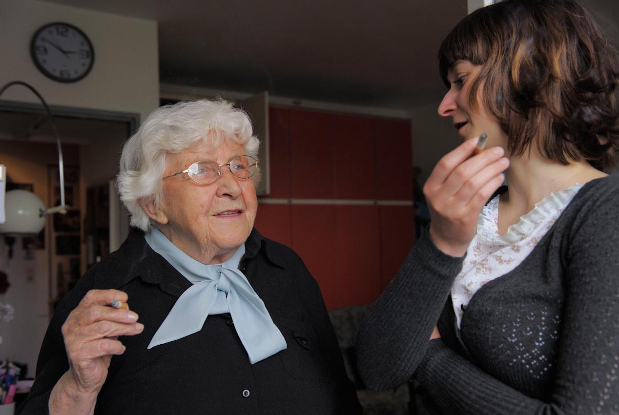 """Einmal in der Woche besucht Linda Guttowski Käthe Wagner zu Hause. Sie haben sich im Januar über den Verein """"Freunde Alter Menschen"""" kennengelernt."""