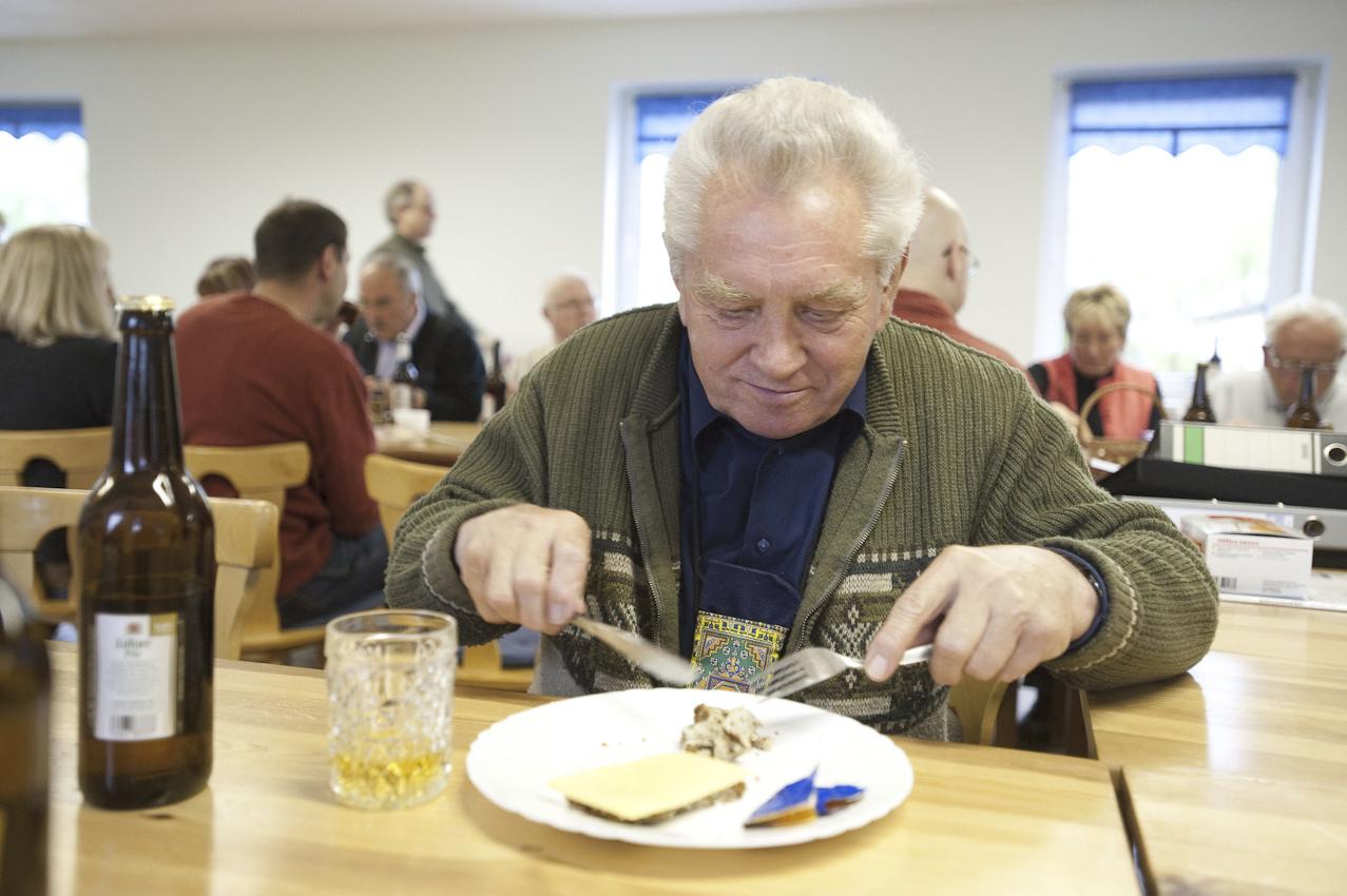 Abendbrot! Erwin Kopatzke (76) aus Bützow schmunzelt dann doch über den Fotografen, der ihn beim Essen begleitet.