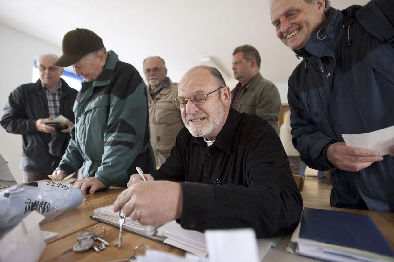 """Organisator vom Ganzen ist Wolfgang Ehlers (58), der 1. Vorsitzende des """"Nordlicht"""". Er sorgt, wie hier bei der Zimmerverteilung, knorrig mecklenburgisch dafür, dass alles klappt."""