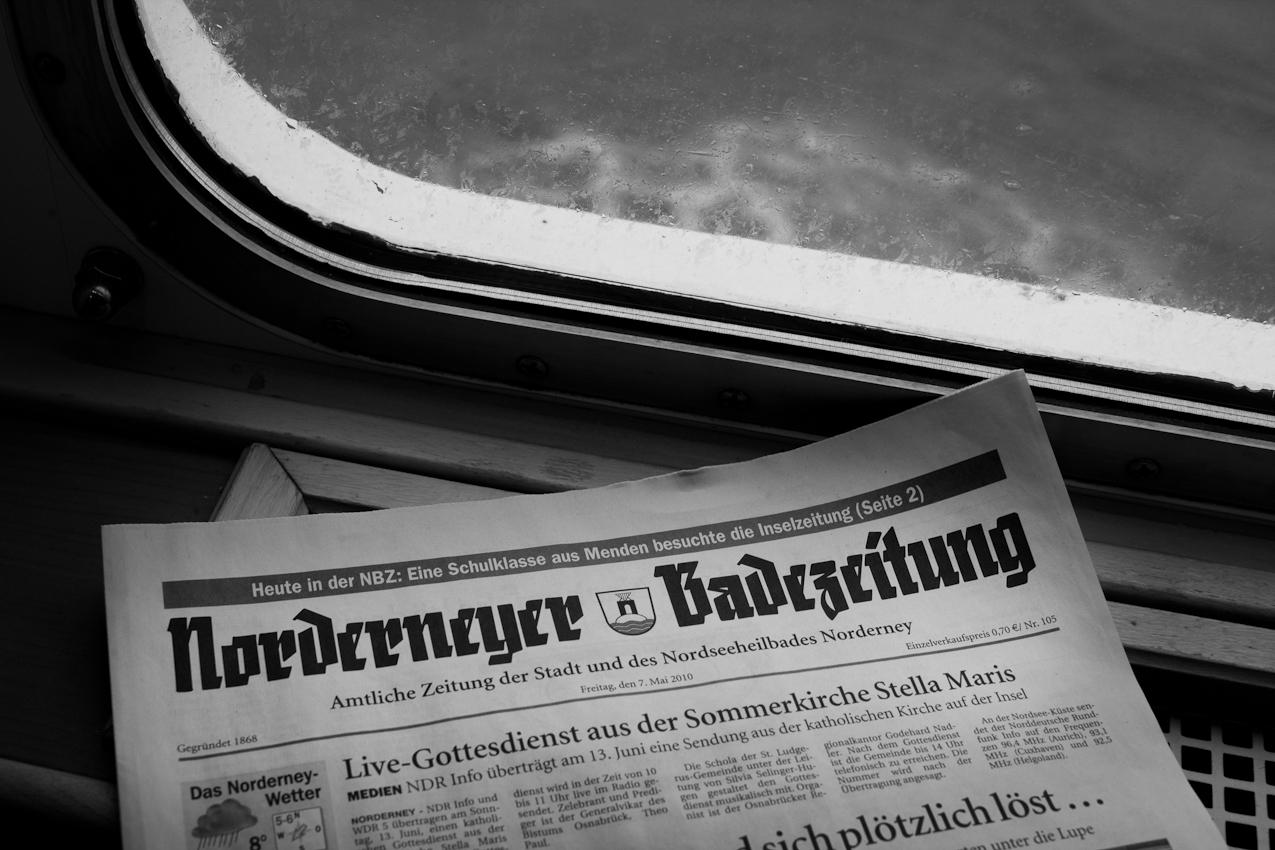 Eine Ausgabe der Norderneyer Badezeitung (gegründet 1868) vom Freitag, 7. Mai 2010, liegt an Bord der Fähre nach Norderney. Die Tageszeitung für die ostfriesische Insel Norderney hat eine verkaufte Auflage von rund 1500 Exemplaren.
