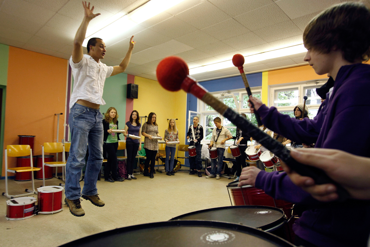 9:08 Uhr: Percussion-Lehrer Meiko Meissner, 39, ist eigens aus Amersfoort bei Utrecht in Holland angereist, um die Schüler der Klasse 8a an der Schulfarm Insel Scharfenberg in brasilianischen Samba-Rhythmen zu unterrichten.
