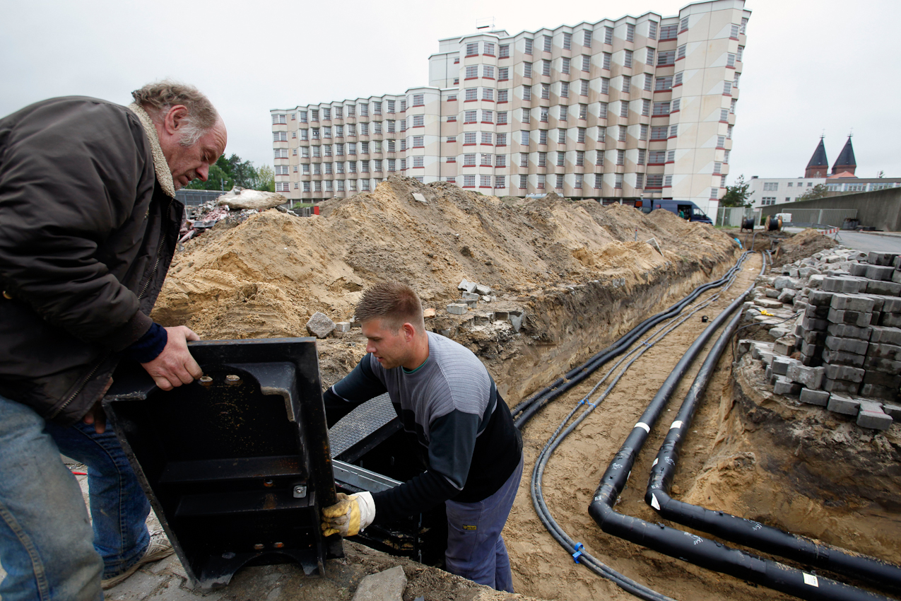 14:06 Uhr: Bauarbeiter installieren einen Kabelschacht für eine neue Bäckerei der JVA Tegel. Deutschlands größter Knast beliefert sämtliche Gefängnisse Berlins mit Backwaren.