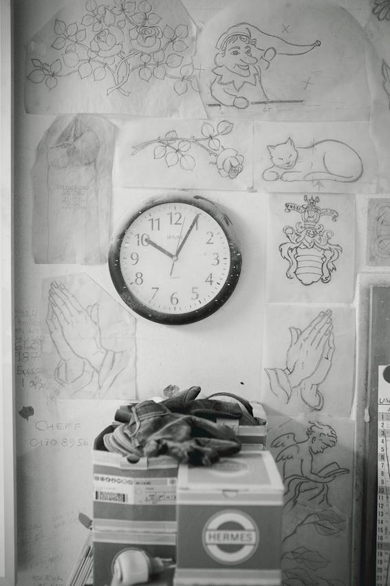 Die Wand der Werkstatt des Steinmetzbetriebes Schwabs. Inhaber ist der Steinmetz Stefan Behrends. An der Wand hängen die Pausen fur Grabmale.