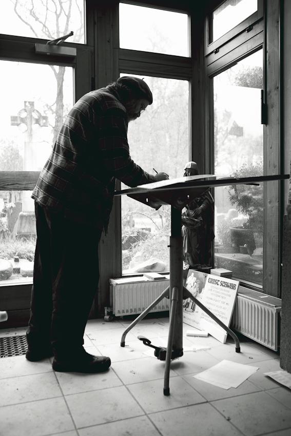 Steinmetz Stefan Behrends am Zeichentisch. Er zeichnet Entwürfe für einen Grabstein.