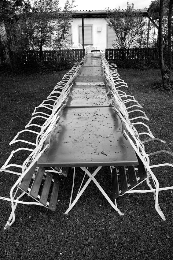 Der im Regen stehende Gartentisch des Vereinshauses der Kleingartenanlage, an dem wohl bei Veranstaltungen die Mitglieder sitzen, essen, feiern.