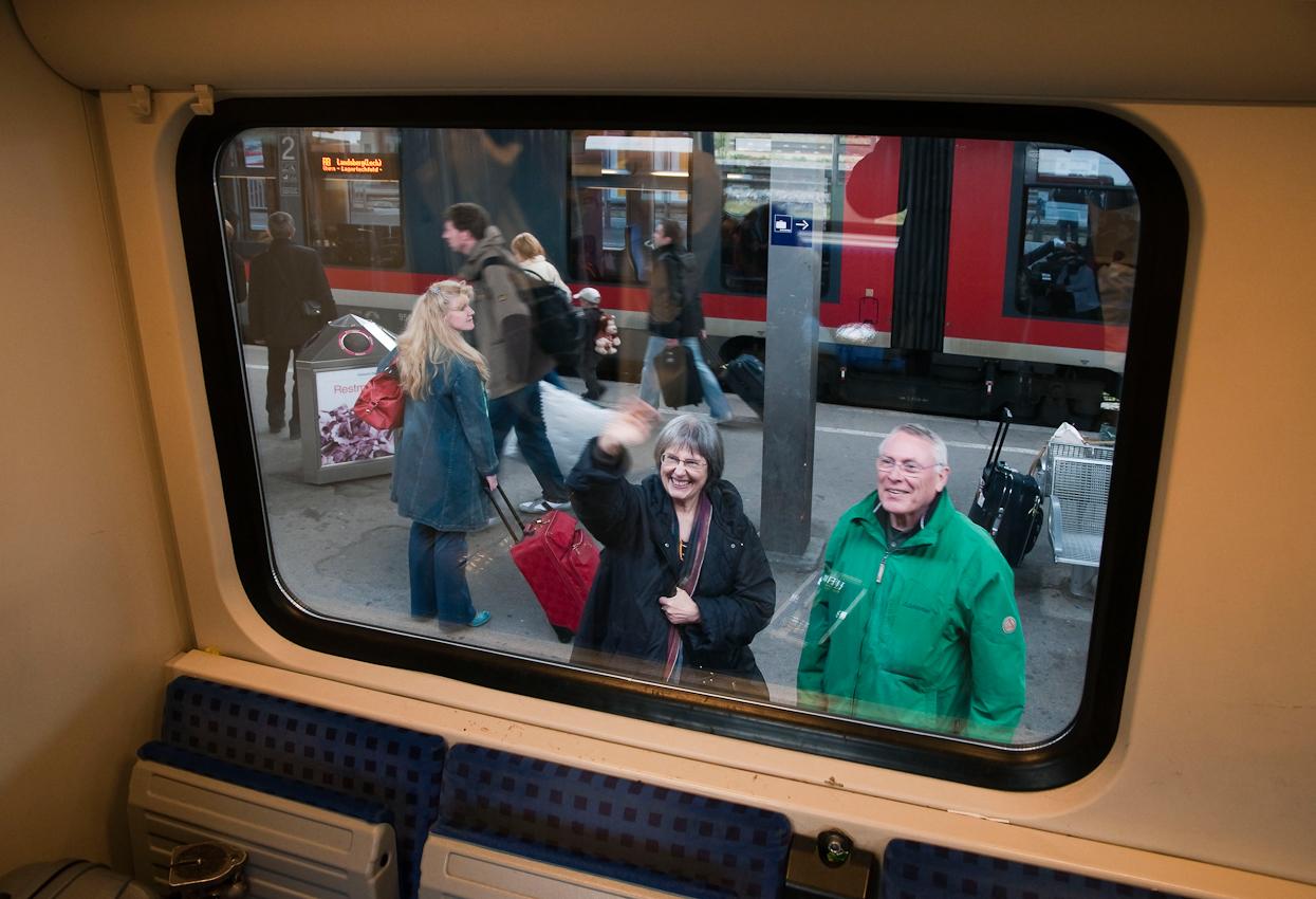 """Die """"alten Freunde"""" Dagmar und Peter haben sich gefreut, uns kurz zu treffen. Eine Stunde und 16 Minuten Aufenthalt in Augsburg ließen gerade Zeit genug, um gegenüber vom Bahnhof essen zu gehen."""
