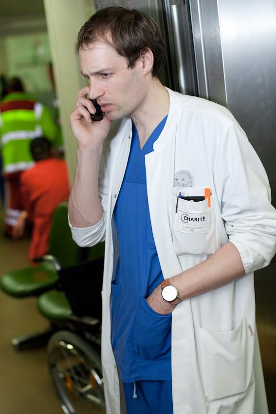 Dr. Tilmann Engelhardt auf dem Weg in den OP. Rudolf-Virchow-Krankenhaus, Berlin-Wedding.