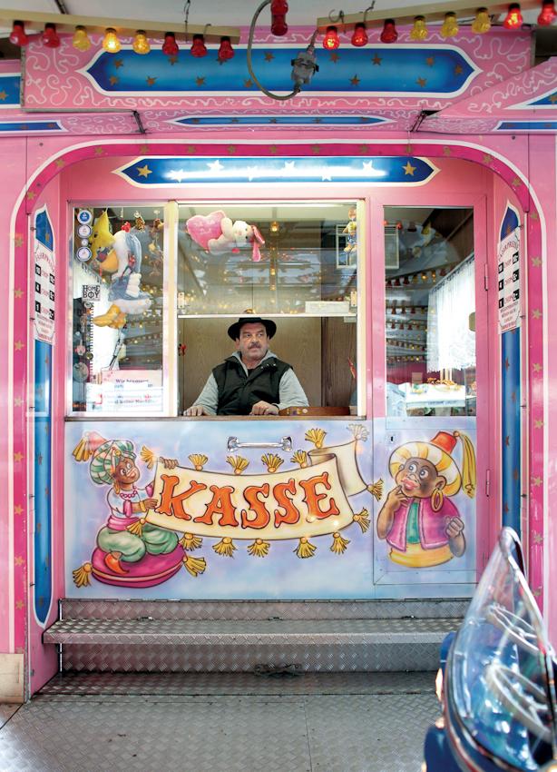 Otto Breuer-Blum ist Schausteller. Mit seinem Kinderkarussell ist er auf Volksfesten in Köln und Umgebung unterwegs. Er klagt über die enormen Probleme von Schaustellern durch Besucherrückgang und immer höhere Kosten. Dieses Bild entstand am 7. Mai 2010 auf dem Festplatz in Köln-Riehl am Riehler Gürtel beim Schützenfest der St. Sebastianus Schützenbrüderschaft Köln-Riehl.