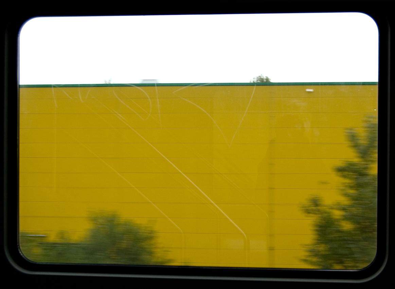 Blick aus dem Zugfenster um 16.06 Uhr. Ein Supermarkt in Gütersloh.