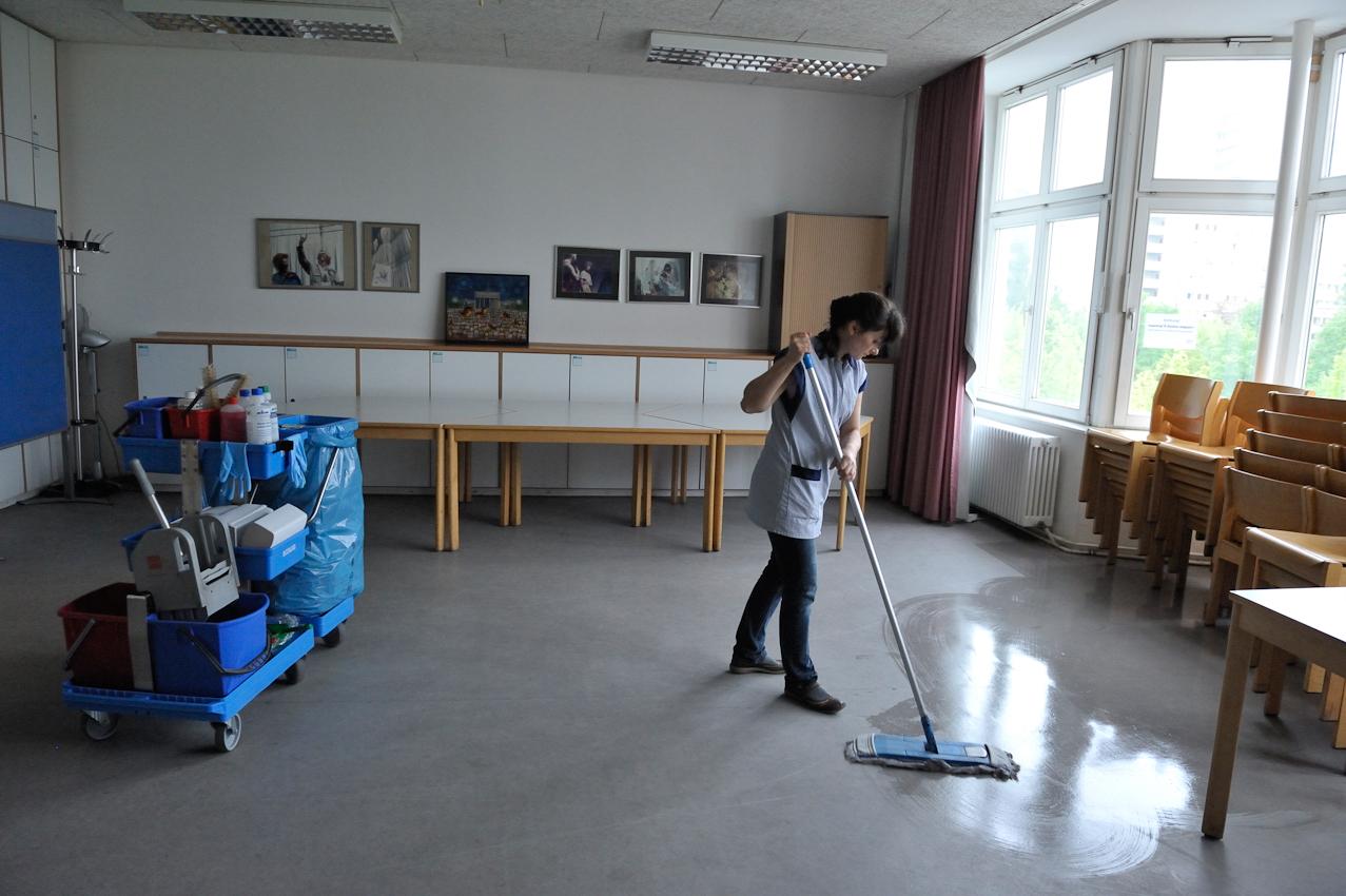 Die gehörlose Mutter Marieta Durczok arbeitet als Putzfrau. Heute putzt sie in den Räumen der Gesellschaft zur Förderung der Gehörlosen. Ihr Arbeitstag beginnt um fünf Uhr morgens. Sie ist längst aus dem Haus, wenn ihr Mann und ihre Kinder frühstücken.