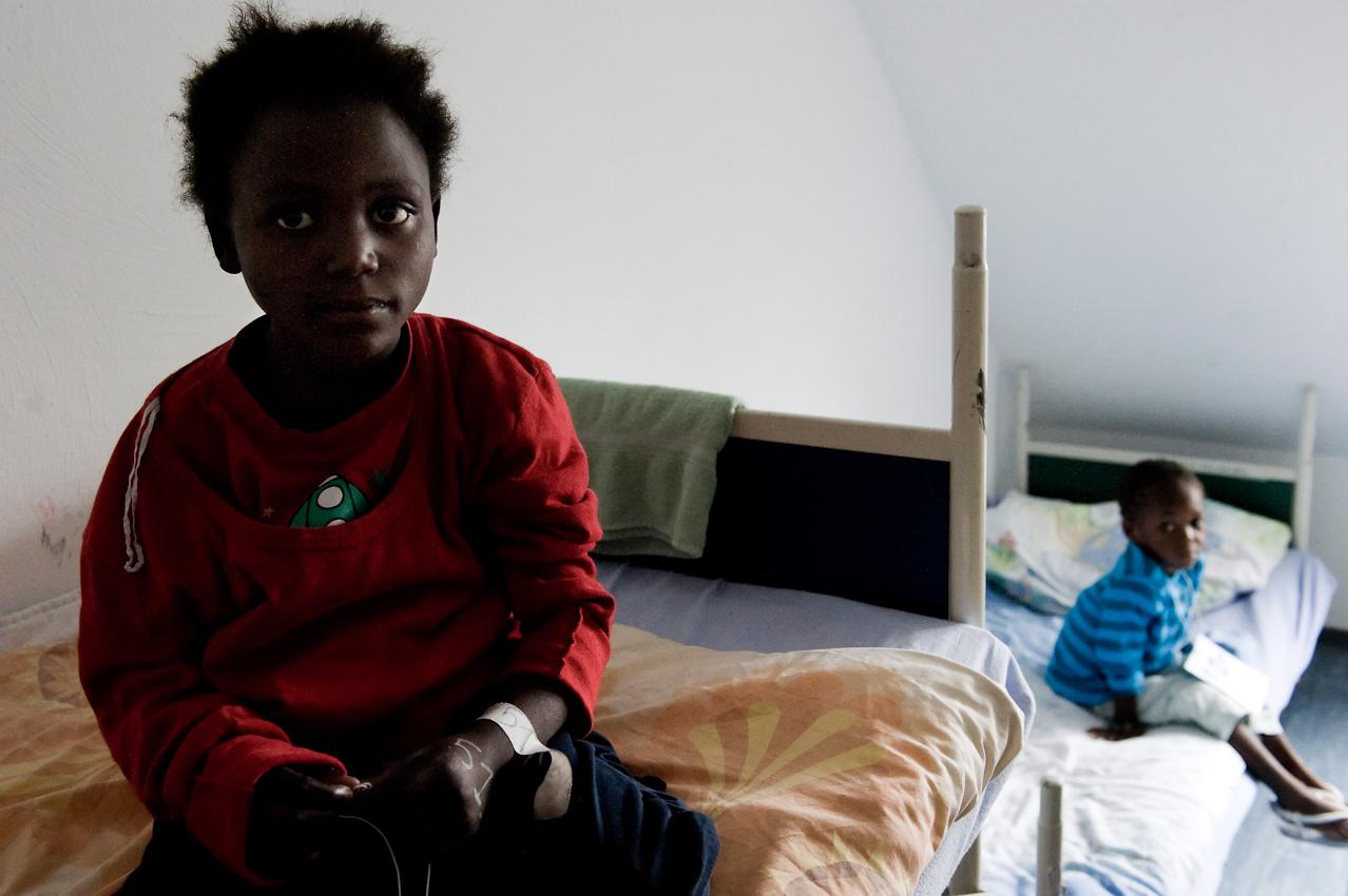 In der Heimeinrichtung in Oberhausen angekommen beziehen die Kinder ihre Betten.