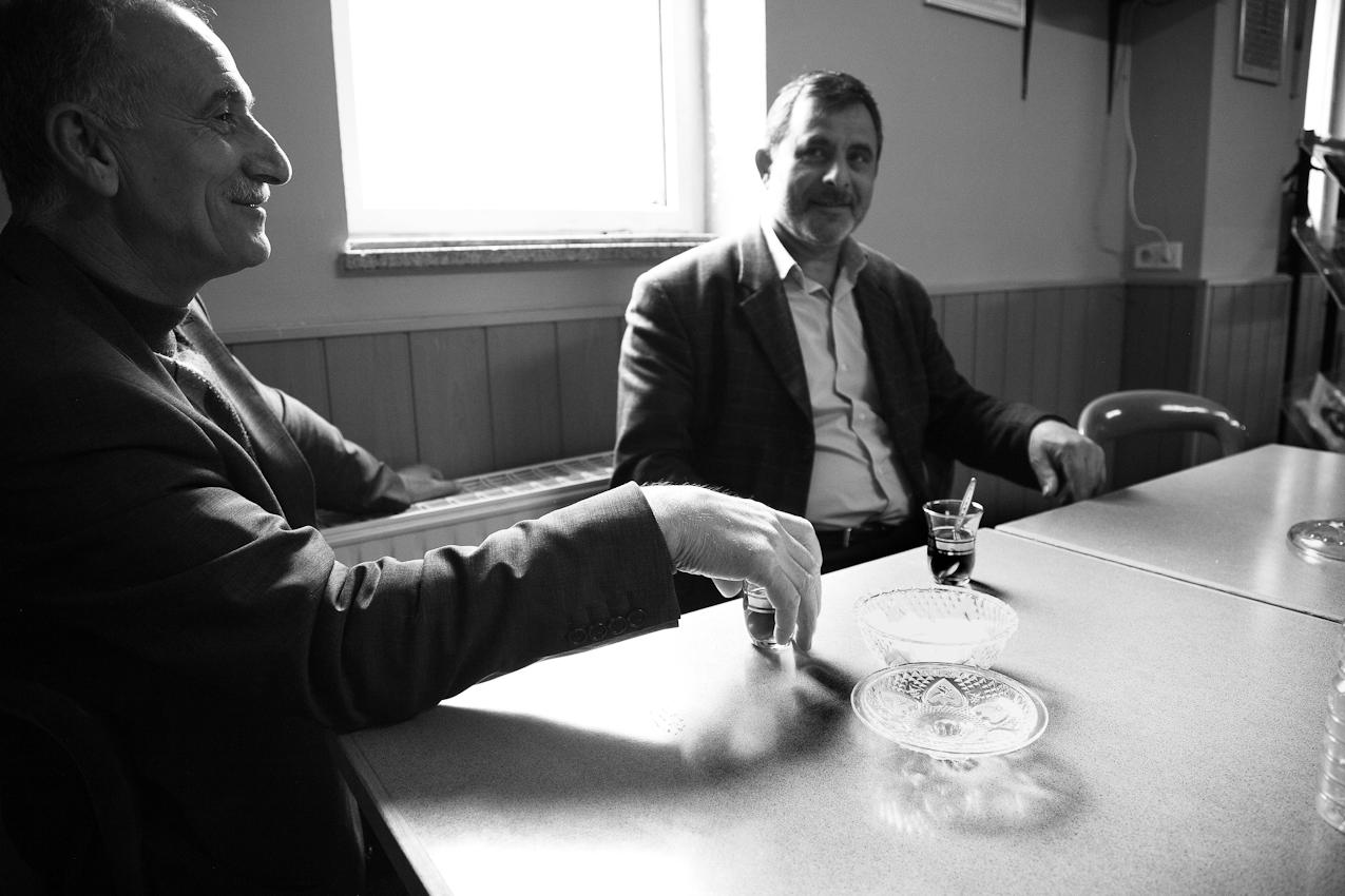 Zwei Männer sind ein wenig eher in den Räumlichkeiten der Takva-Moschee im Leipziger Osten erscheinen und trinken Tee. Sie unterhalten sich untereinander und mit den weiteren eintreffenden Männern. Beide sind Kurden aus der Türkei.
