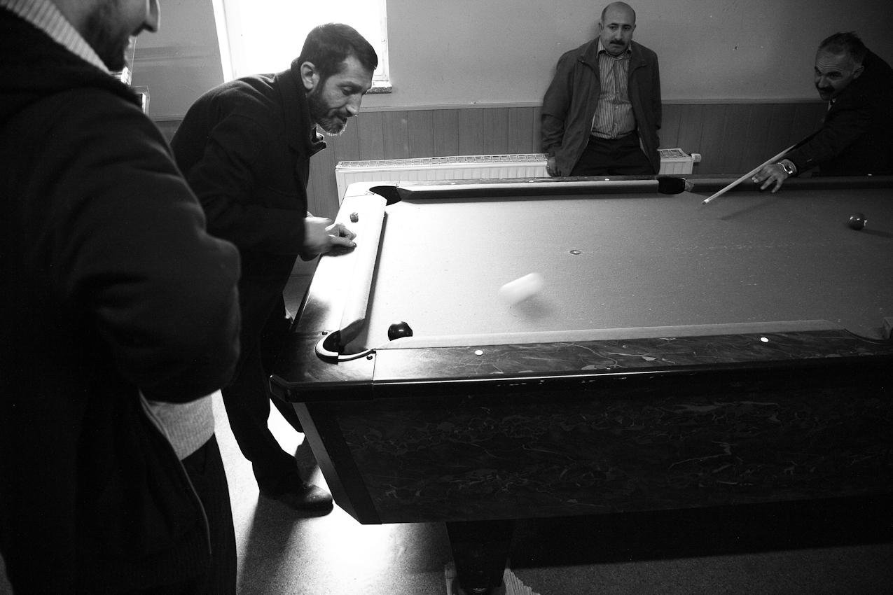 Männer, die etwas eher in der Takva-Moschee Leipzig eingetroffen sind, nutzen die verbleibende Zeit bis zum Beginn des Gebets, um eine Partie Billard zu spielen.