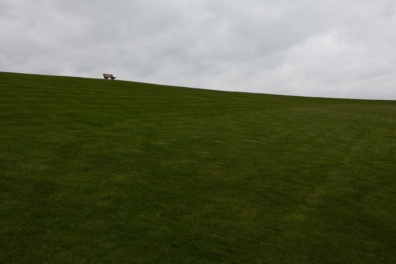Der Nordseedeich bei Fuhlehoern auf der Insel Nordstrand ist am 7. Mai 2010 verlassen, da das Wetter wenig einladend ist.