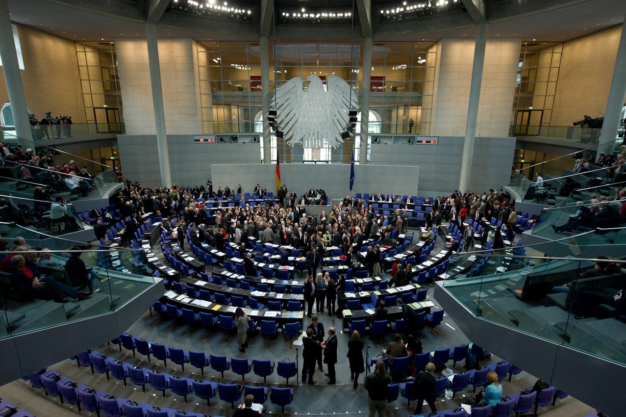"""07 MAI 2010, BERLIN/GERMANY: Namentliche Abstimmung nach der Bundestagsdebatte zur sog. Griechenlandhilfe, laut Tagesordnung """"Übernahme von Gewährleistungen zum Erhalt der für die Finanzstabilität in der Währungsunion erforderlichen Zahlungsfähigkeit der Hellenischen Republik (Währungsunion-Finanzstabilitätsgesetz - WFStG)"""", Plenum, Deutscher Bundestag"""