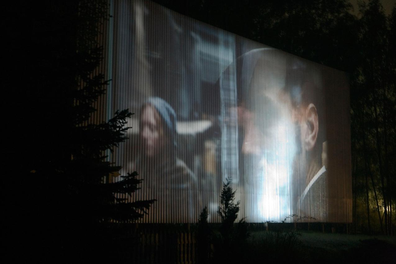 Auf eine wellenfoermige Leinwand, die zwischen Tannen und Kiefern in den naechtlichen Himmel von Zempow ragt, wird heute Sherlock Holmes projiziert. Ueber eine eigene UKW-Frequenz koennen die Besucher den Ton im Auto empfangen.