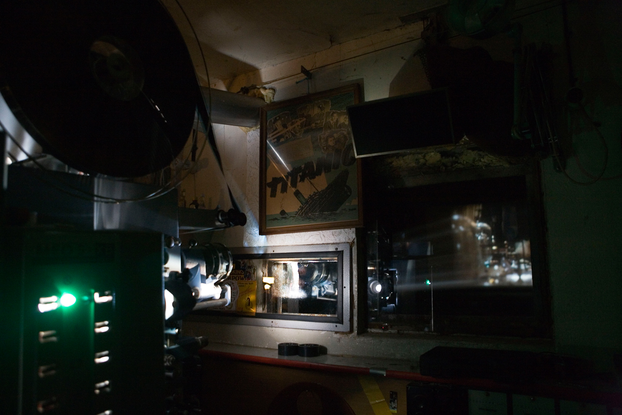 Je 1800 m Film laufen auf den Spulen eines alten tschechischen MEO 5 XB Projektors. Das Filmvorfuehrerhaus ist bestueckt mit alten Filmplakaten.