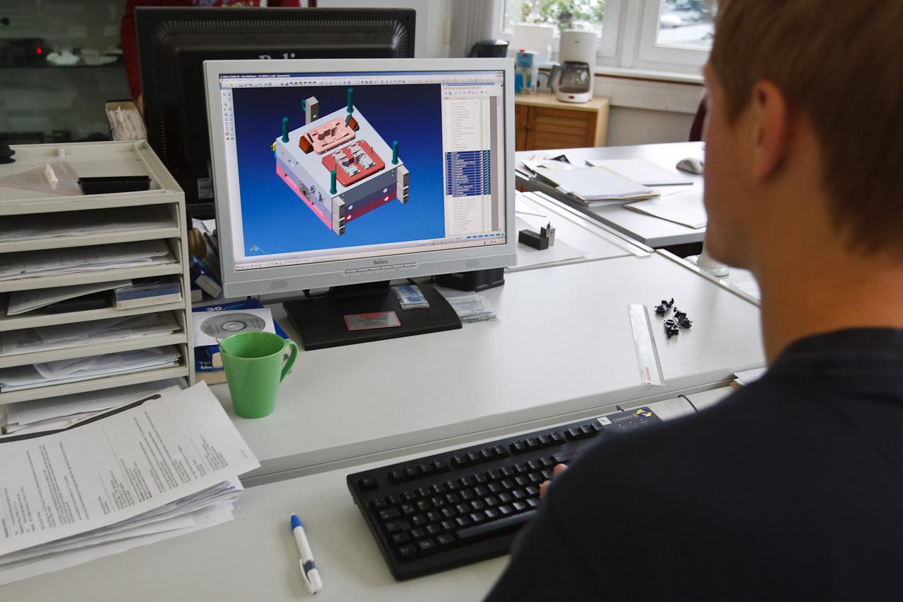 Sebastian Schmitt, Mitarbeiter der Firma Color Metal, inspiziert an seinem Computer in der Entwicklungsabteilung ein letztes Mal eine Gussform die in den nächsten Tagen gefertigt werden soll.  Heitersheim im Markgräflerland am 7. Mai 2010 um 09:48.