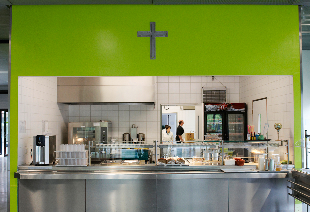Die Kantine des Dienstleistungszentrums, Blick vom Speisesaal in den Küchenbereich während der Vorbereitungen für das Mittagessen.
