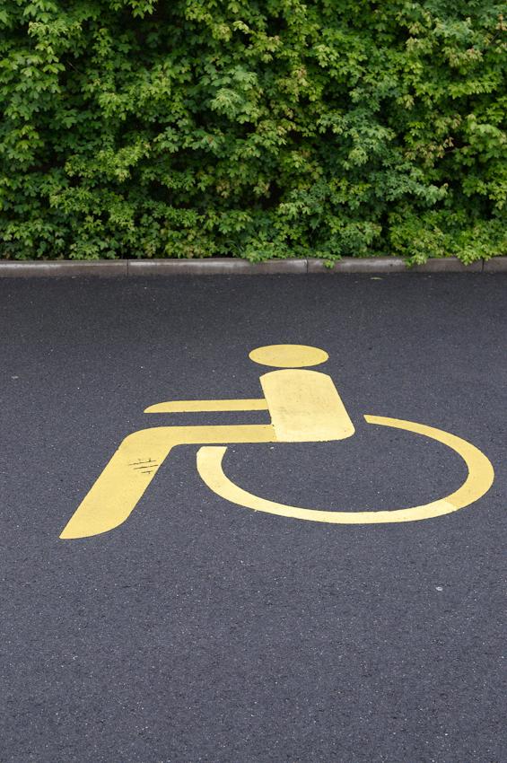 Selbsterklärendes Symbol auf dem Parkplatz vor dem Dienstleistungszentrum Langenselbold.