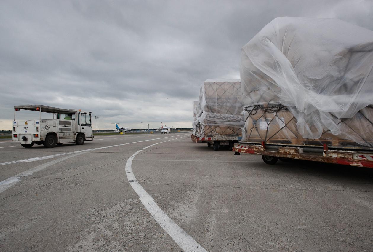 Monumentales Frachtgut steht auf dem Vorfeld der Cargo City Nord zur Verladung bereit.