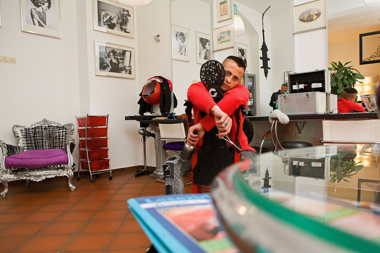 Andrea Acciarino, Assistent des Friseurs Ciro Boschetto, erwartet Kundschaft.