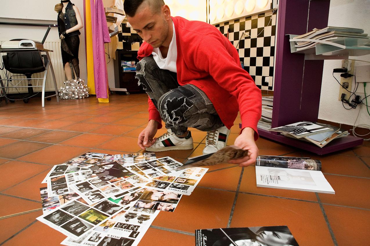 Andrea Acciarino, Assistent des Friseurs Ciro Boschetto, bereitet eine neue Dekoration für das Schaufenster des Friseurgeschäfts vor.