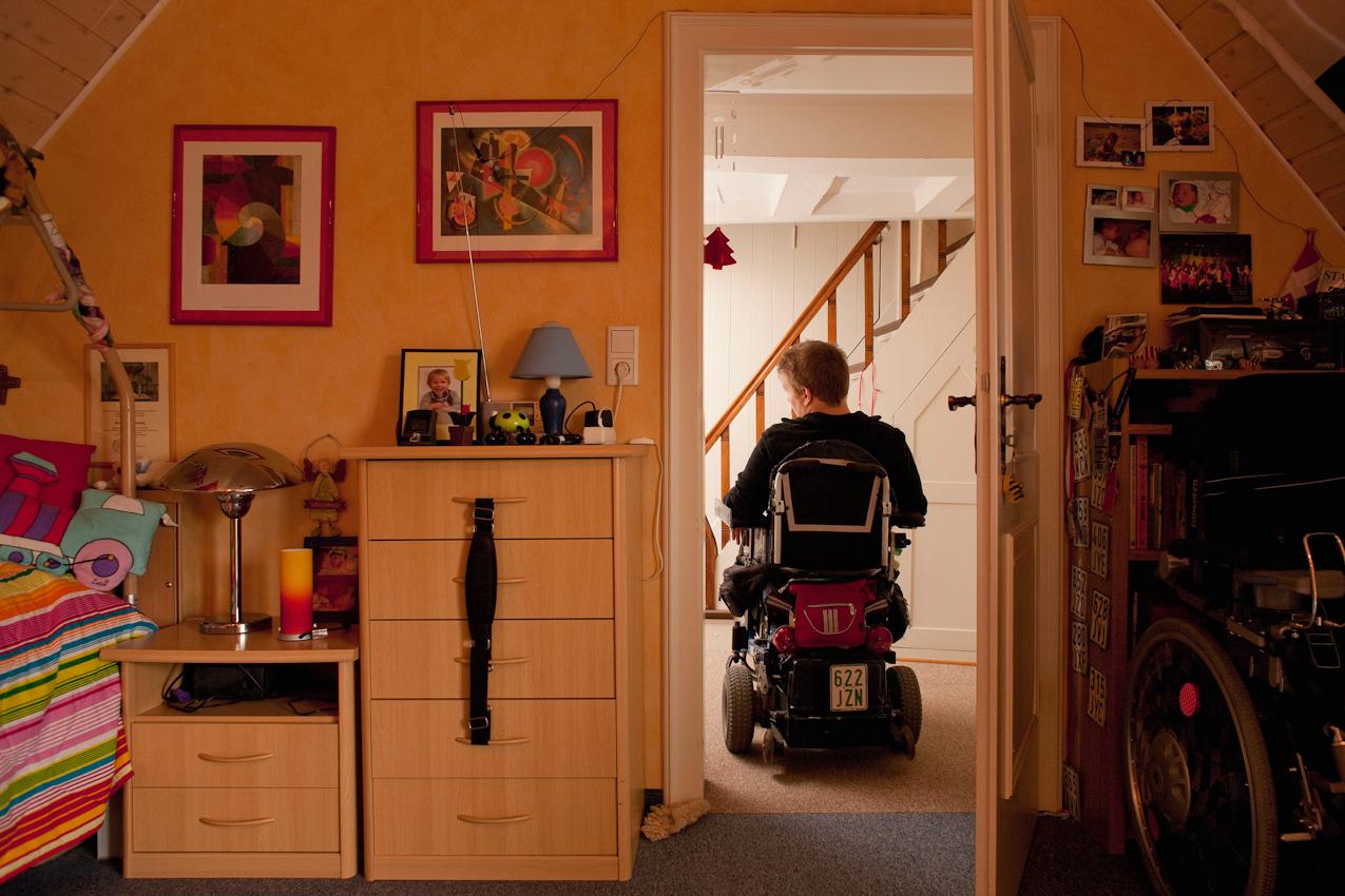 14:03 Uhr: Matthias hat seine Mutter gerufen und wartet nun geduldig auf sie, so dass sie ihm im Badezimmer helfen kann.