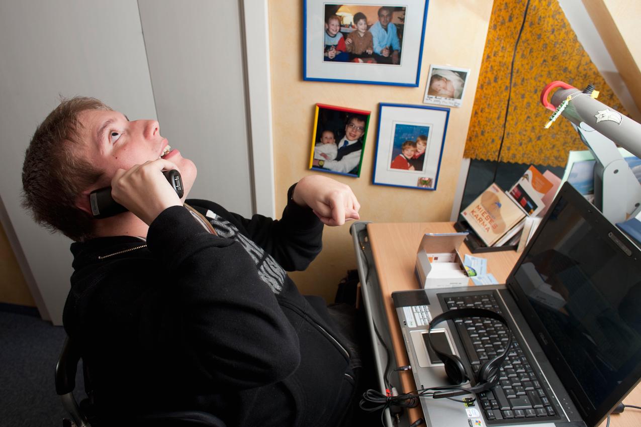 18:17 Uhr: Matthias bekommt noch einen Anruf. Er schaut beim Telefonieren oft an die Decke, weil er mit seinen Augen schlecht einen Punkt fixieren kann. Man sieht auch Kopfhörer und Mikrophon, die er benötigt, um den Rechner mittels Sprachsteuerung bedienen zu können.