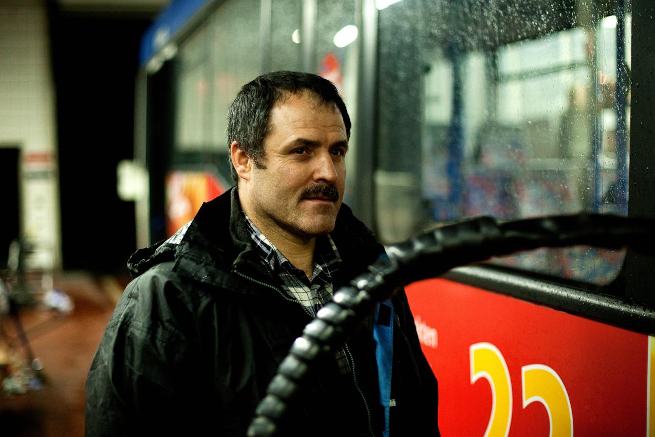 """Es ist 0.43 Uhr. Der """"Tanker"""" Suliyman Korkmaz füllt den Tank eines Linienbusses der PVGVHH auf. Das Auftanken und Säubern der Busse wird 7 Tage die Woche in Nachtschichten von 20.00 bis 5.00 Uhr erledigt."""