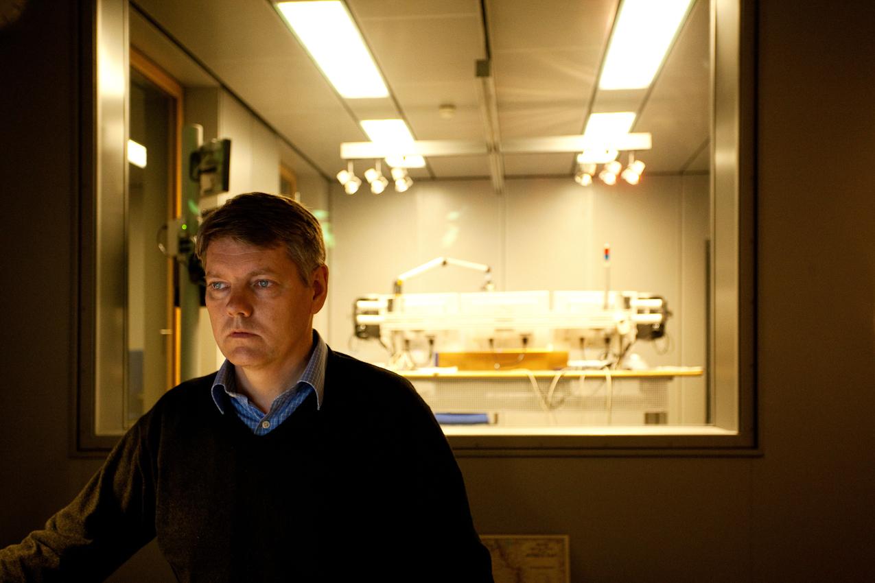 Es ist 2.51 Der Nachrichtenredakteur Torsten Lange im NDR Funkhaus in Hamburg bereitet die neusten Informationen für die kommende Nachrichtensendung am Computer auf. Der Nachtdienst dauert bis 5.00 Uhr.